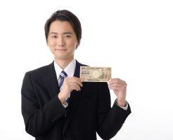 1万円を手にするサラリーマン
